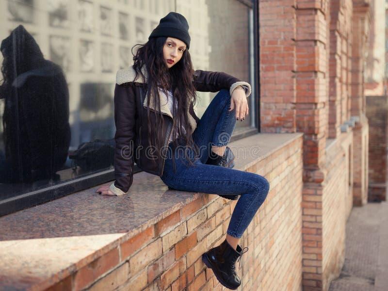На открытом воздухе портрет моды образа жизни милой маленькой девочки, нося в стиле grunge swag хипстера на городской предпосылке стоковые фото