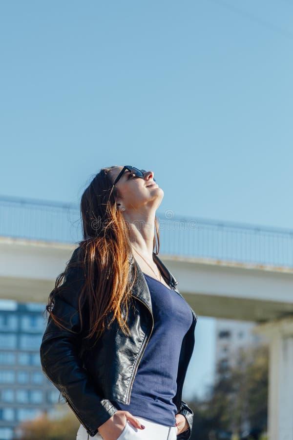 На открытом воздухе портрет молодой красивой уверенной женщины представляя на улице стоковое изображение rf