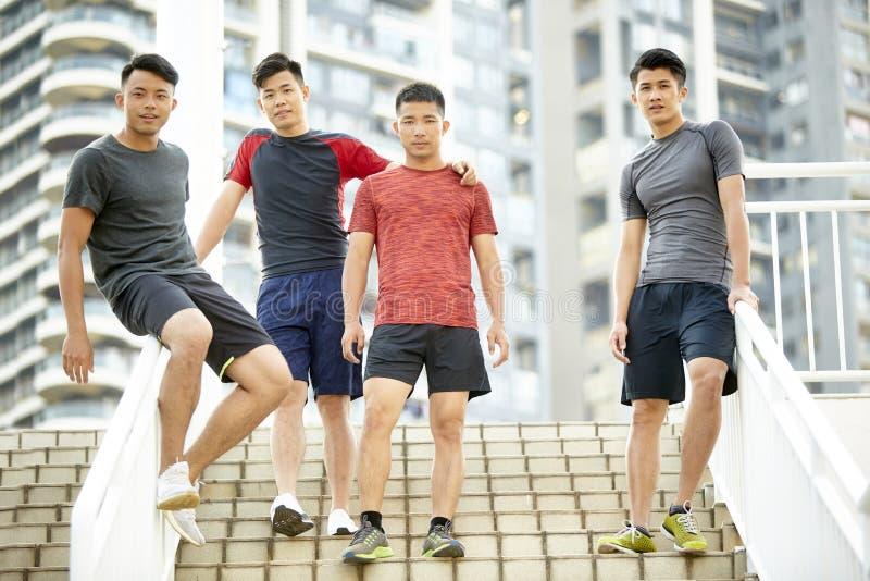 На открытом воздухе портрет 4 молодых азиатских спортсменов стоковое изображение rf
