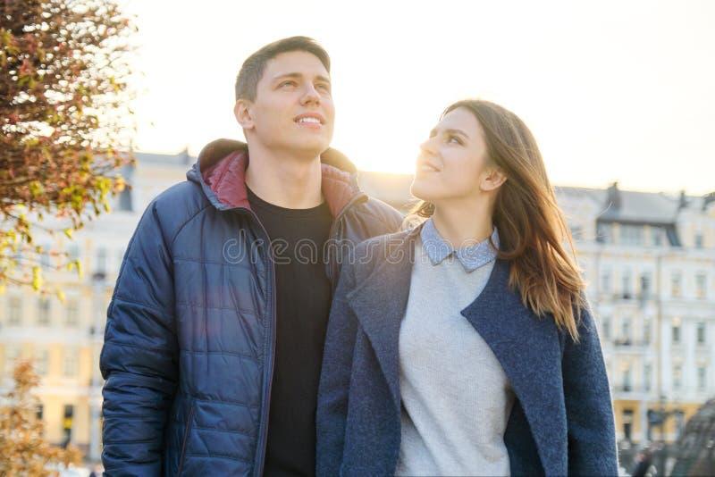 На открытом воздухе портрет счастливых пар обнимать, красивого человека и женщины идя, города вечера предпосылки стоковое фото rf