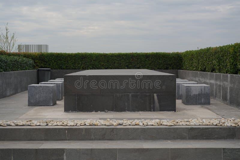 На открытом воздухе таблица встречи и взгляд стульев каменный на крыше стоковое фото rf