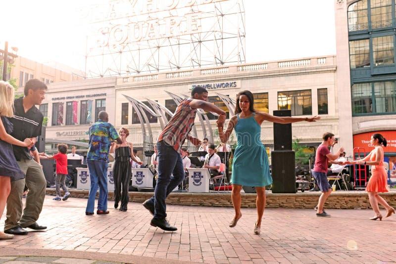 На открытом воздухе танцы качания для того чтобы жить диапазон в городском Кливленд, Огайо, США стоковые фотографии rf