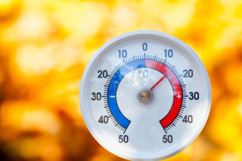 На открытом воздухе термометр показывает теплую температуру - горячее бабье лето стоковая фотография