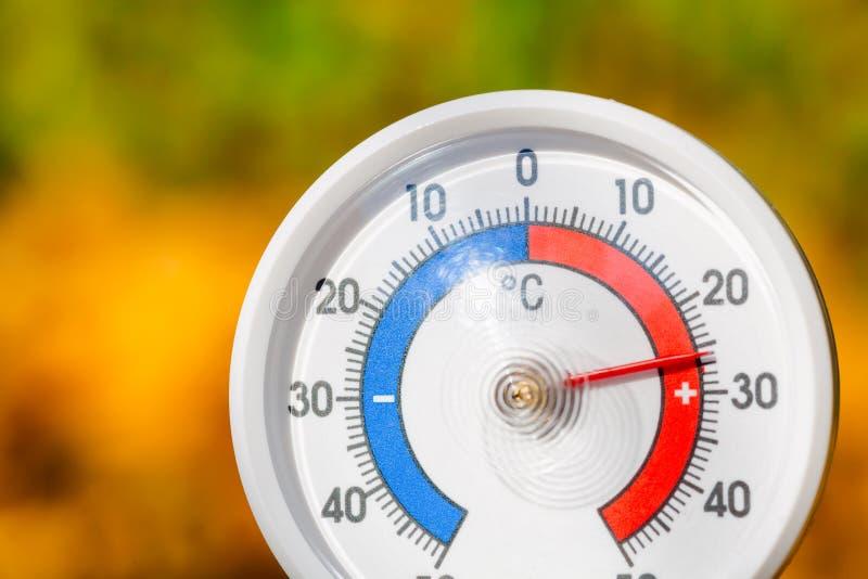 На открытом воздухе термометр показывает теплую температуру - горячее бабье лето стоковое фото rf