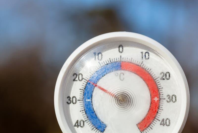 На открытом воздухе термометр с масштабом Градуса цельсия показывая строгую замерзая температуру стоковая фотография rf