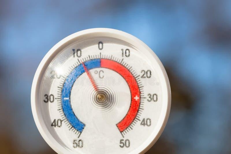На открытом воздухе термометр с масштабом Градуса цельсия показывая строгую замерзая температуру стоковая фотография