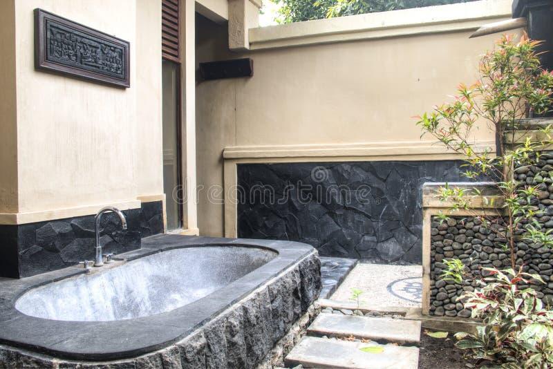 На открытом воздухе bathroom в Бали, Индонезии стоковая фотография