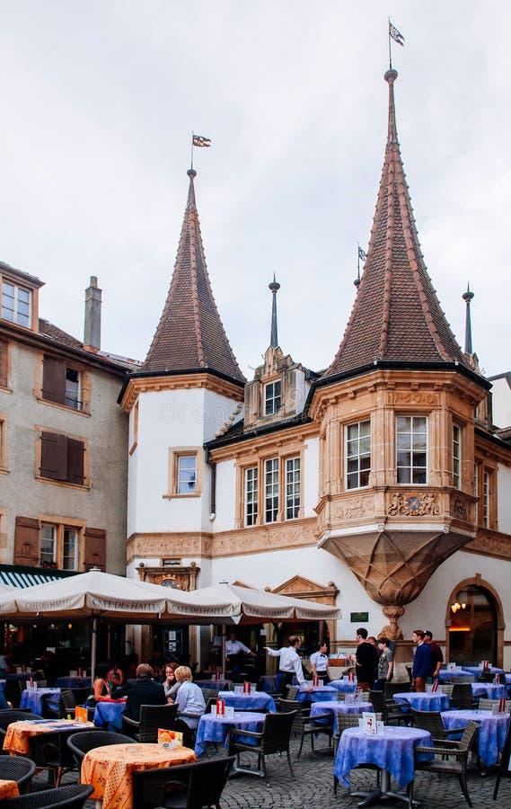 На открытом воздухе dinning на des Halles рыночного местя в средневековом городке Невшател, Швейцарии стоковая фотография rf
