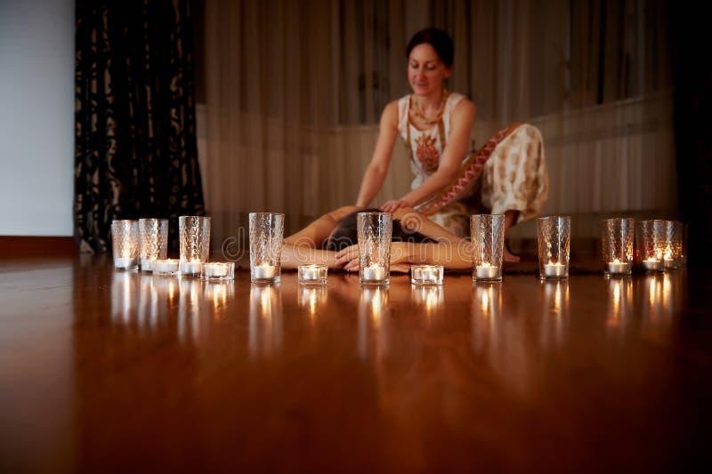 На переднем плане свечи, на заднем плане массаж Паркеты Положение релаксации стоковая фотография