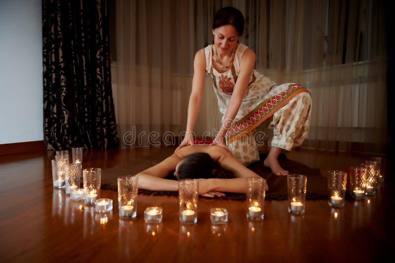 На переднем плане свечи, на заднем плане массаж Паркеты Положение релаксации стоковые изображения