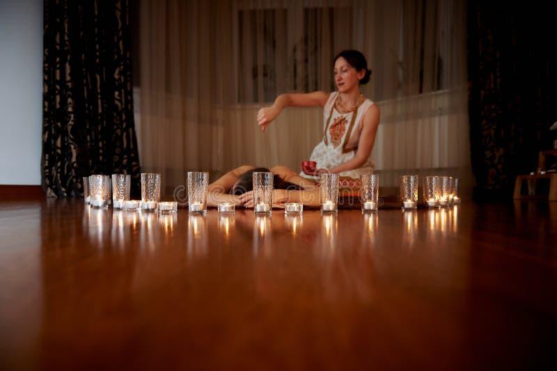 На переднем плане свечи, на заднем плане массаж Паркеты Положение релаксации стоковое изображение rf