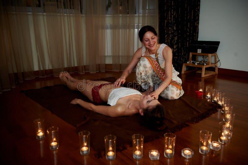 На переднем плане свечи, на заднем плане массаж Паркеты Положение релаксации стоковое изображение