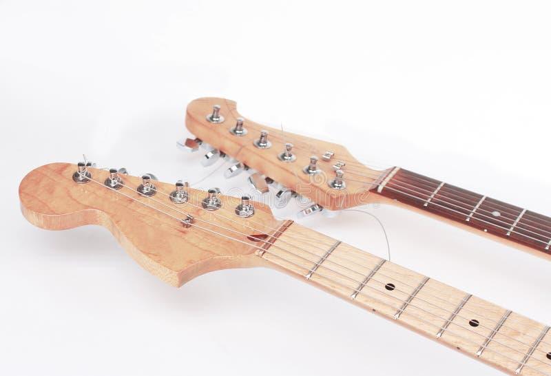 На переднем плане fretboard акустической гитары изолят стоковое изображение