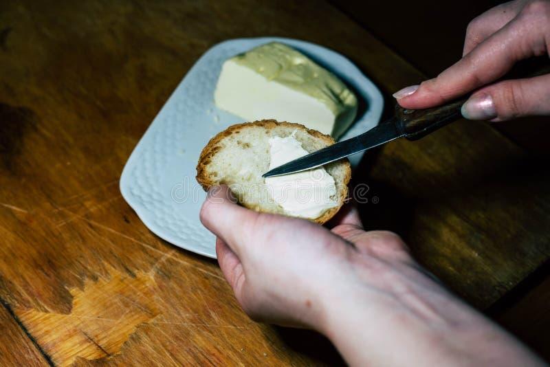 На плите, смажьте кусок хлеба с маслом стоковые изображения rf