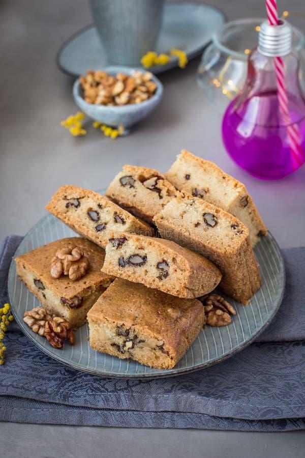 На плите mannik с грецкими орехами blocky стоковое фото