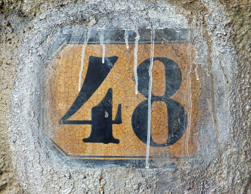 48 на плитке в стене, исчерченной с белой краской стоковая фотография rf