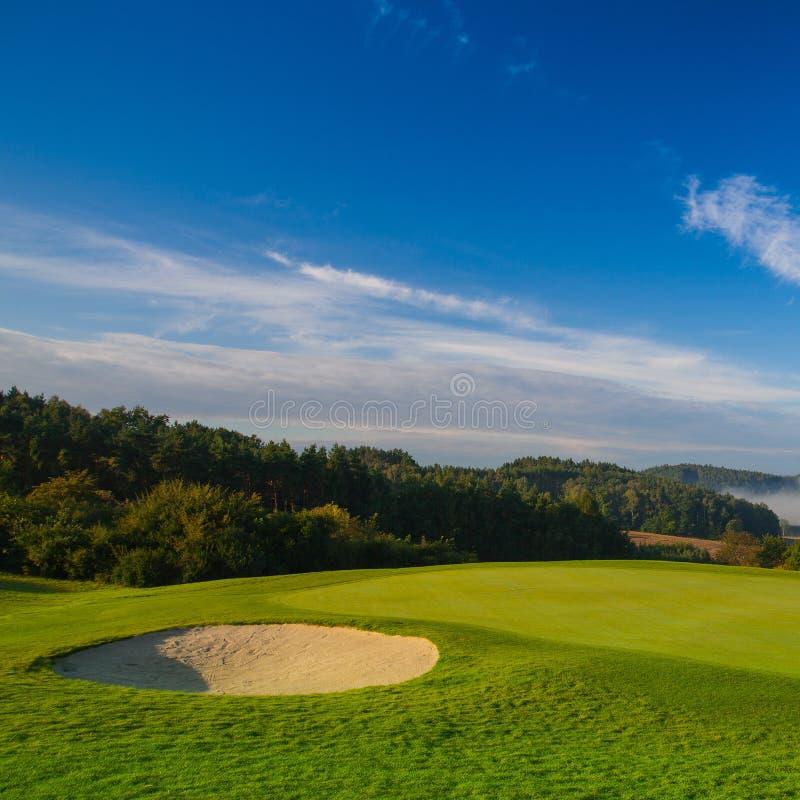 На поле для гольфа в утре стоковое фото