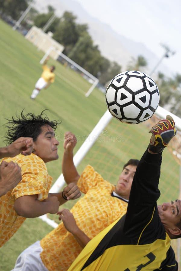 На практике футболистов стоковые фото