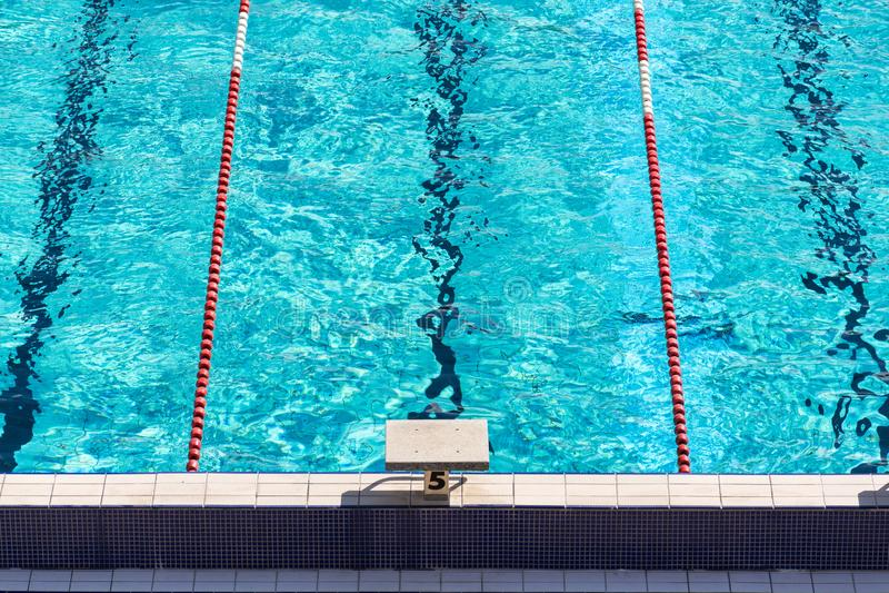5 на прыгуне в середине красных и белых плавая майн, красивого открытого моря в пустом открытом бассейне стоковое изображение rf