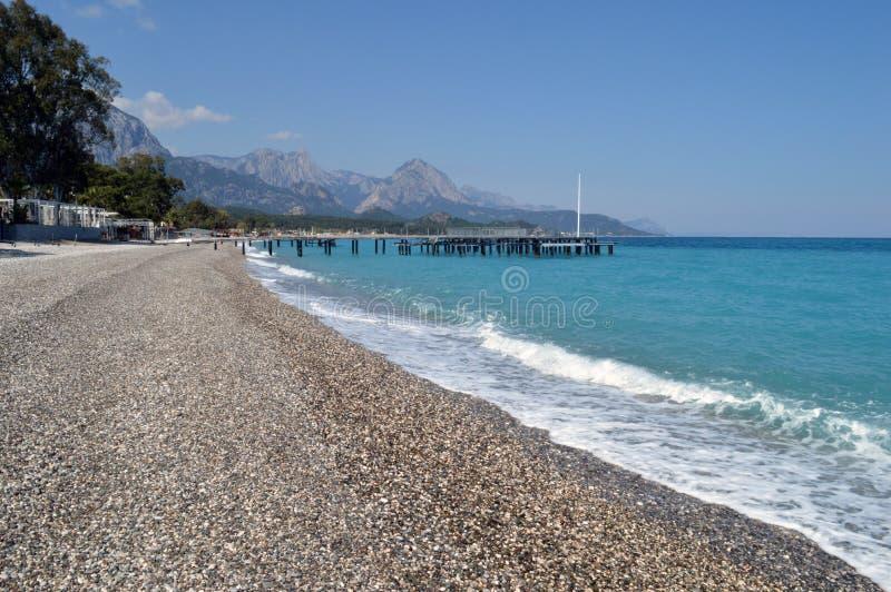 Download На пляже моря бирюзы стоковое изображение. изображение насчитывающей green - 81804921