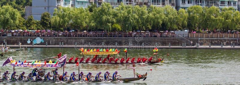 На равных гонка фестиваля шлюпки дракона стоковые изображения rf