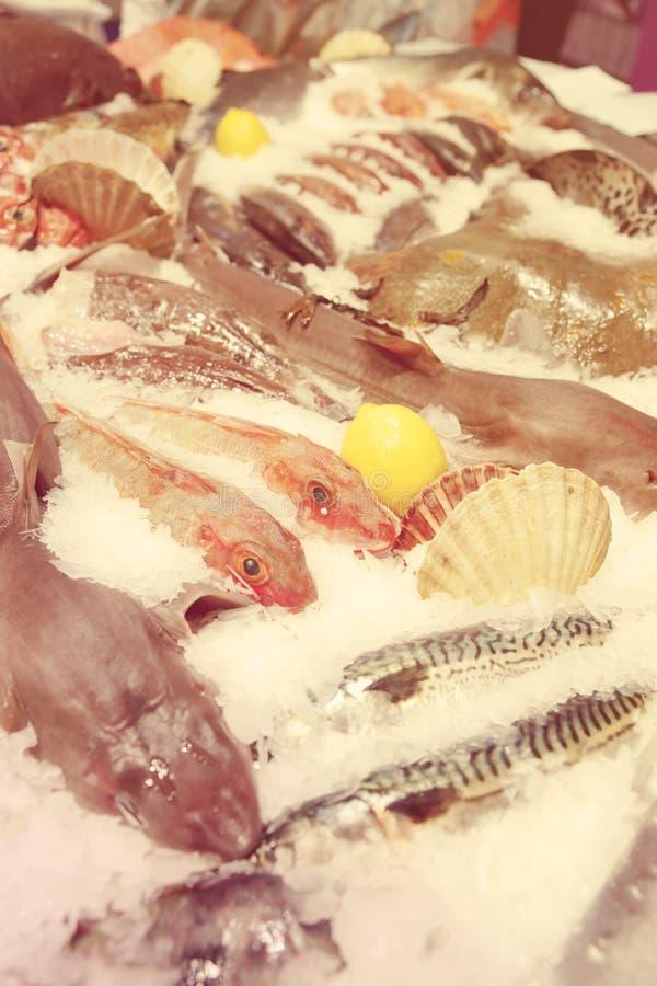 На рыбном базаре, тонизированное изображение стоковые фотографии rf