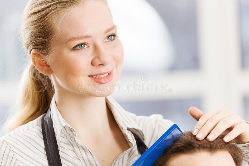 Download На салоне красоты стоковое изображение. изображение насчитывающей haircare - 41651535