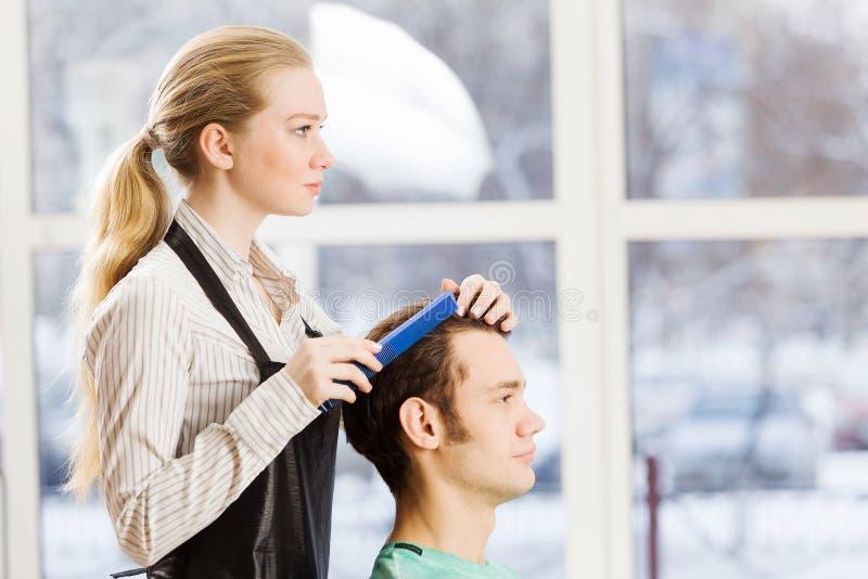 Download На салоне красоты стоковое изображение. изображение насчитывающей парикмахер - 41651549