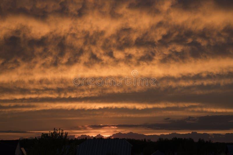 над селом захода солнца стоковые фотографии rf