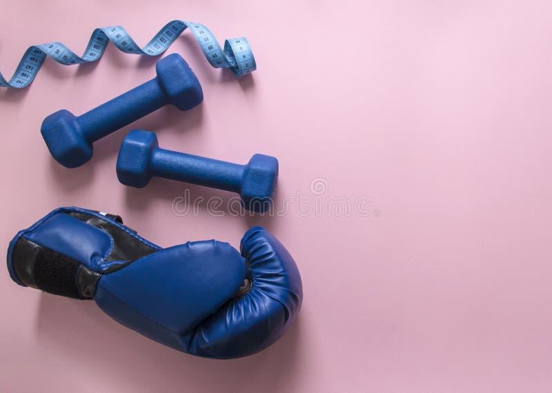 На сини и сантиметре летая гантелей предпосылки пинка вычисляйте свет перчатки бокса спорта мягкий стоковые фото