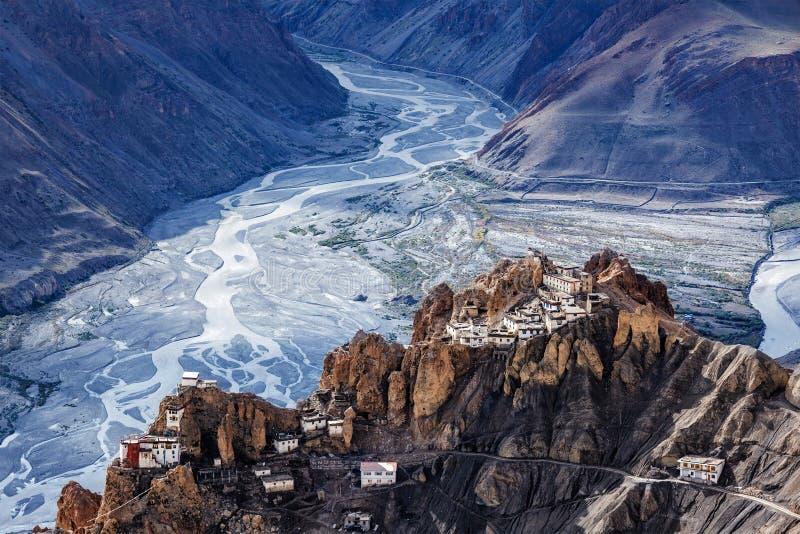 На скале в Гималаях, Индия, прогремел монастырь Дханкар стоковые изображения