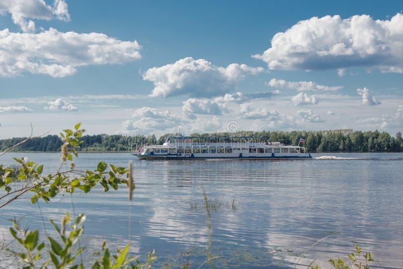На солнечный летний день корабль двигает вдоль Рекы Волга Взгляд от берега стоковое фото rf