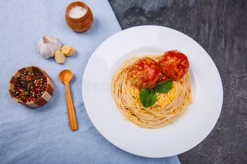 На спагетти таблицы с сыром и фрикадельками, чесноком и специями над взглядом стоковое фото rf