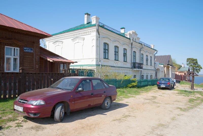 На старой улице Sviyazhsk, день в апреле Татарстан стоковая фотография