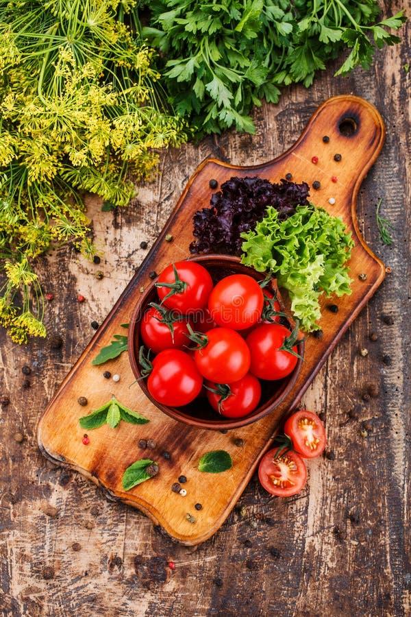 На старом деревянном столе свежие овощи стоковое изображение