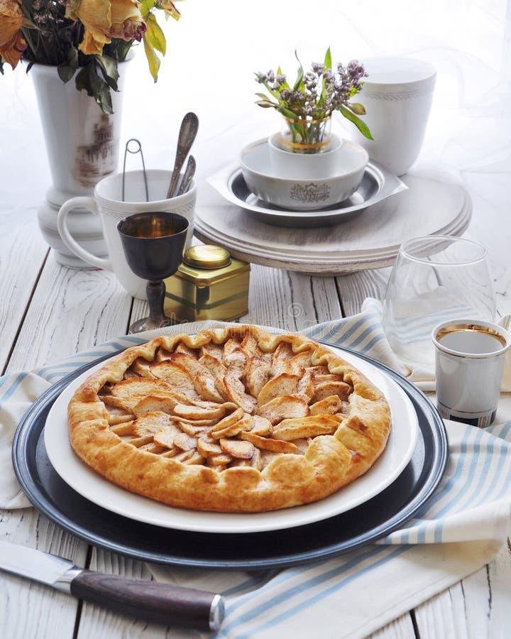 На таблице на белой плите galette с яблоками стоковые фото