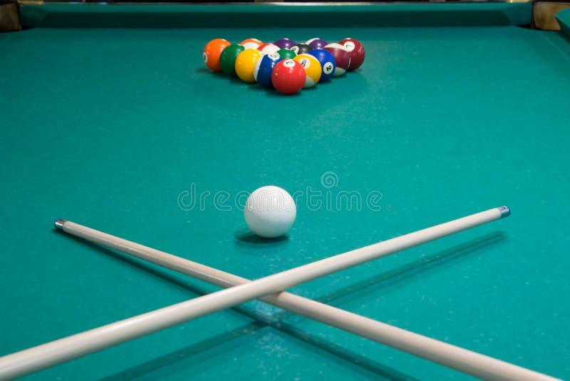 на таблице билльярда 2 сигнала пересеченного на фоне шариков игры стоковые изображения