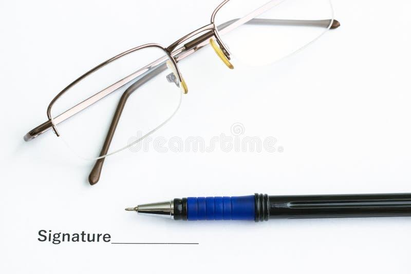 На таблице важные документ, ручка и стекла стоковая фотография