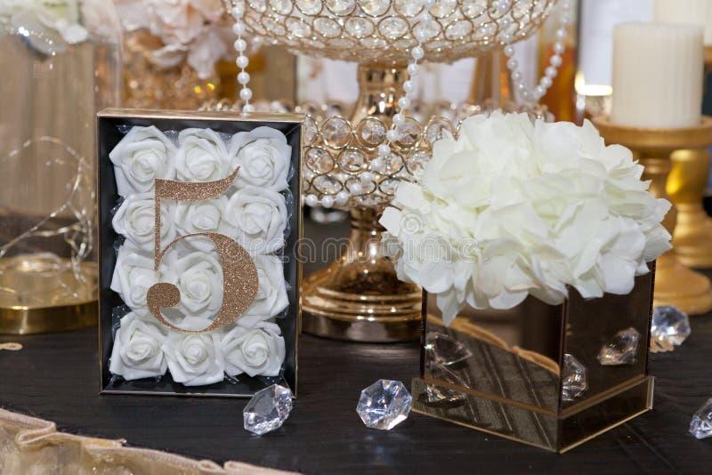 5 на таблице для гостей на обедающем свадьбы стоковые фотографии rf