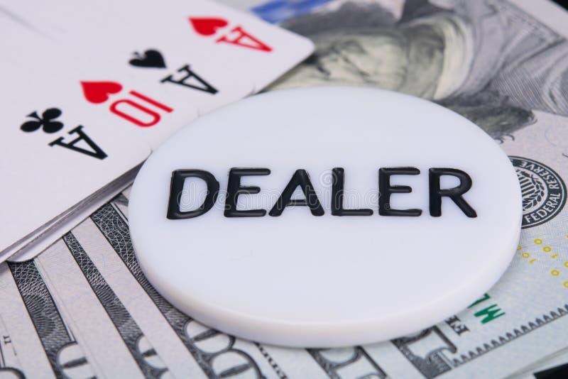 На фоне долларовых банкнот и плана карты, конец-вверх обломоков торговца, для игры покера стоковое фото