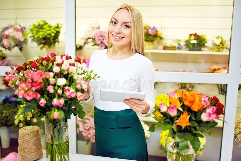 На цветочном магазине стоковое изображение