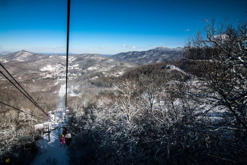 На лыжном курорте стоковые фото