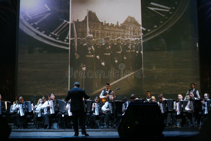 На этапе, музыкантах и певец-соло оркестра accordionists (гармонического оркестра) под жезлом проводника стоковые фотографии rf