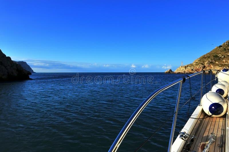 На яхте вне к морю стоковые изображения rf