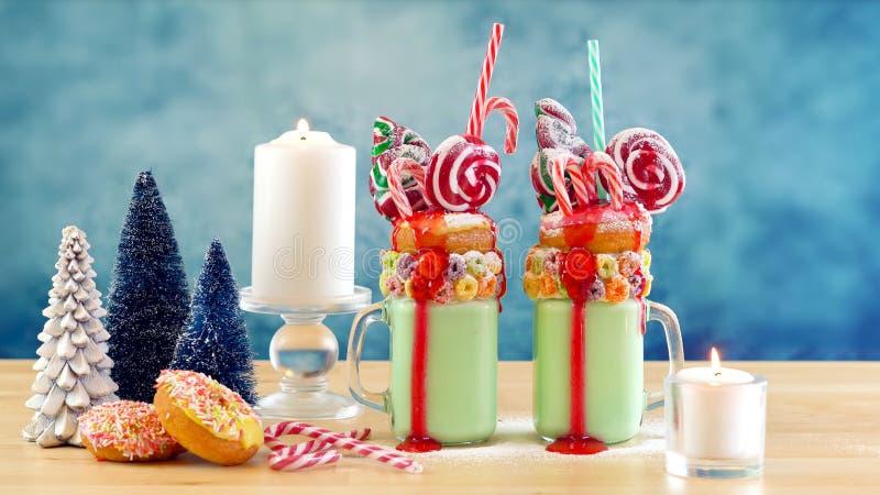 На milkshakes встряхивания праздничного рождества тенденции странных с ретро фильтром стоковые фото