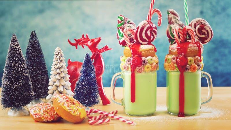 На milkshakes встряхивания праздничного рождества тенденции странных с ретро фильтром стоковые фотографии rf