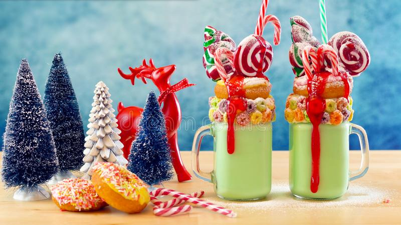 На milkshakes встряхивания праздничного рождества тенденции странных стоковые изображения rf