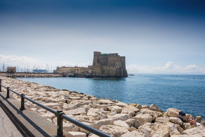 """НЕАПОЛЬ, ИТАЛИЯ - 2-ОЕ МАЯ 2019: Взгляд Dell """"Ovo Castel Замок расположен на полуострове Megaride на заливе Неаполь стоковое изображение rf"""