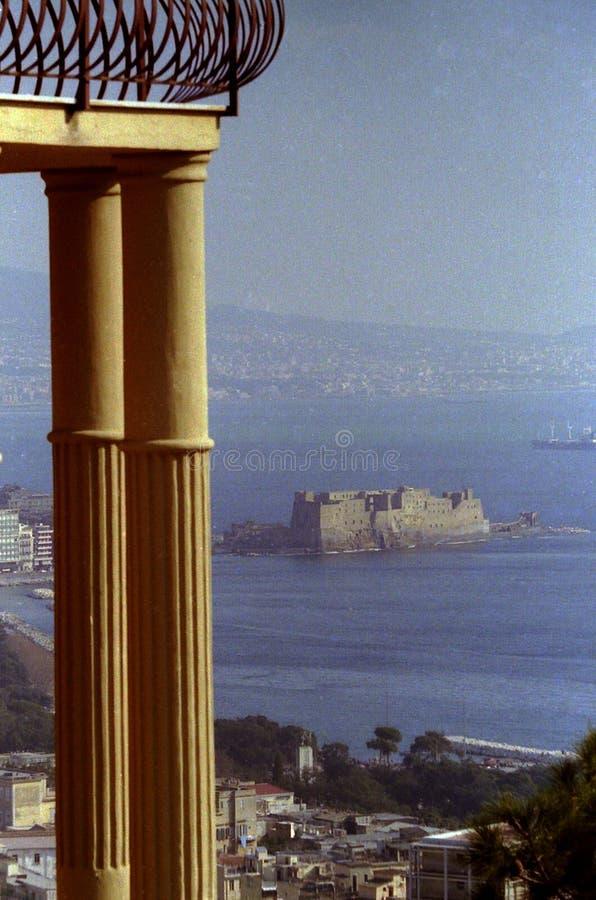 """НЕАПОЛЬ, ИТАЛИЯ, 1988 - от Vomero балкон поддержанный 2 столбцами обозревая залив Dell """"Ovo Неаполь, Vesuvius и Castel стоковая фотография rf"""