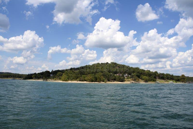 Небеса озера утес таблицы голубые стоковое фото